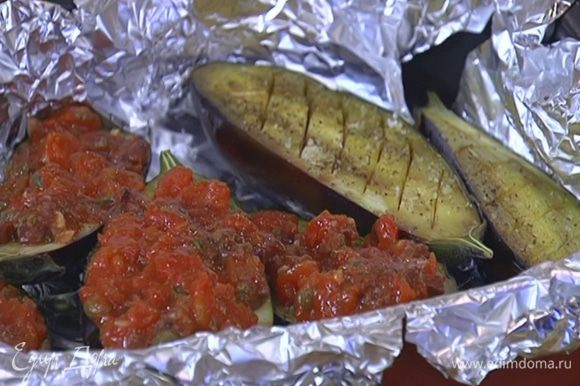 Выложить на баклажаны томатный соус и вернуть их в духовку еще на 20 минут.