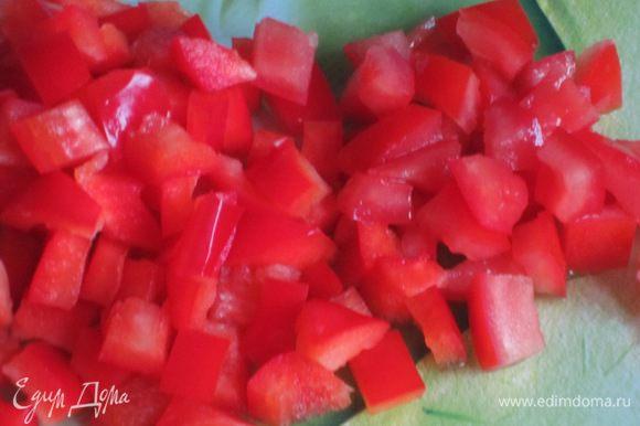 Красный перец разрезать, удалить семена и белые прожилки, нарезать кубиками. Помидоры нарезать кубиками.
