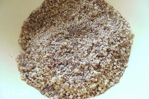 Орехи смолоть в мясорубке. Добавить к ним измельченный лён.