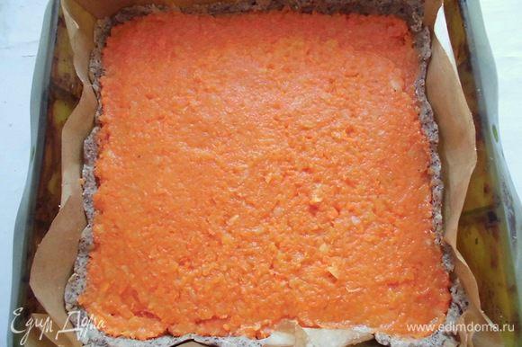 Равномерно разложить начинку на основу и убрать пирог в холодильник. Он должен немного схватиться.
