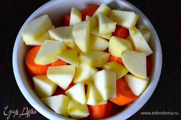 Яблоко (желательно сорт Реннет, но, думаю, это не принципиально!) очистить от кожуры и нарезать кусочками. Добавить к моркови.