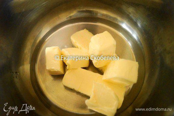 Пока готовится начинка можно приготовить тесто. Для этого в толстодонную кастрюлю налить воду, положить размягченное сливочное масло порезанное на кубики и соль. Поставить на огонь довести до кипения и снять с огня.