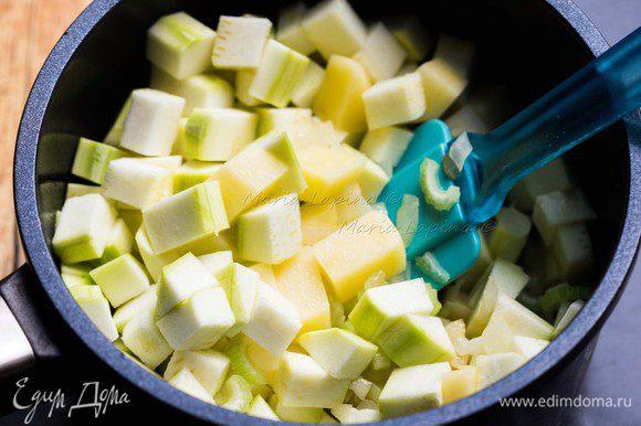 Добавляем картофель и кабачок, порезанные на кубики. Обжариваем все вместе 2 минуты.