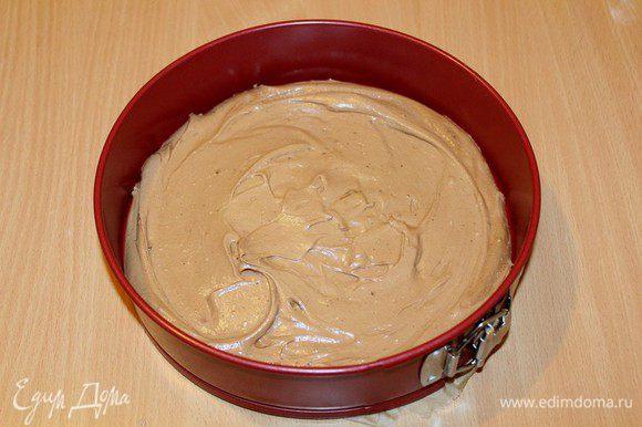 Разъемную форму 24 см застелите бумагой для выпечки, вылейте шоколадное тесто.