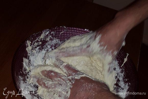 """Я """"не дружу"""" с тестом, поэтому мне его вымешивает муж. Ему очень нравится:) Все происходит, конечно же, под моим строгим контролем с подсыпанием муки:) Смешиваем муку, воду, соль и оливковое масло."""
