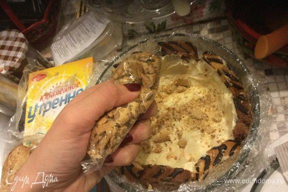 Крошим пару печений для хрустящей текстуры. В идеале Амаретти или Бискотти, но и Юбилейное подойдет.