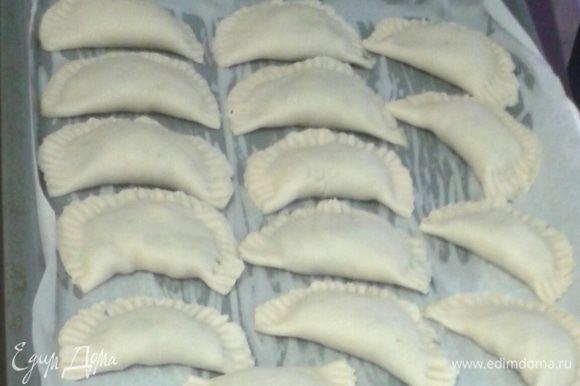 Пирожки выложить на противень, застеленный предварительно пекарской бумагой, верх смазать растительным маслом.