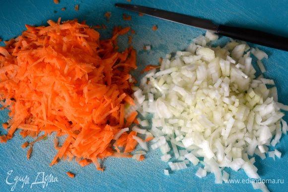Морковь очистить и натереть на крупной терке. Лук очистить и нарезать помельче (можно и покрупнее - дело вкуса!).