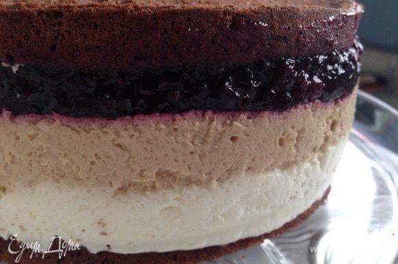 Завершает торт шоколадный бисквит. Готовый торт в форме поставить в холодильник минимум на 3 часа, либо оставить на ночь! Украсить по желанию!