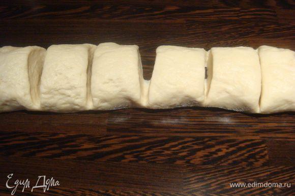 В сковороду с капустой добавить немного воды (вода не должна покрывать капусту), тесто обмять, придать тесту форму цилиндра и порезать на части.