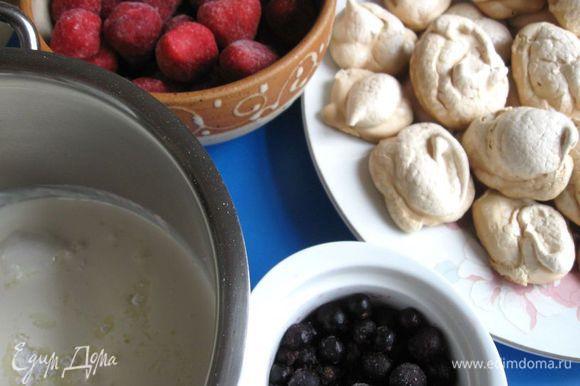 Приготовить ягоды, безе, взбить сливки с сахарной пудрой до плотной массы.