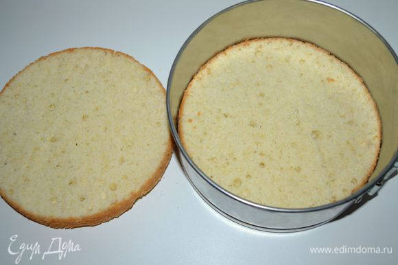 Бисквит остудить на решетке, разрезать пополам. Хорошо пропитать бисквитные коржи сахарным сиропом (у меня сироп шиповника, разведенный водой). Одну половину выложить в форму, в которой он пекся.