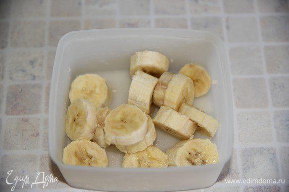 Бананы порезать на кусочки, положить в контейнер и охладить в морозилке (лучше это сделать заранее). Коктейль получится более густым, почти как мягкое мороженое. Блендер при сбивании немного нагревает содержимое, замороженные бананы помогут нам охладить наш коктейль. Но коктейль должен быть лишь охлажденный, но не ледяной, т.к. это вредно для организма.