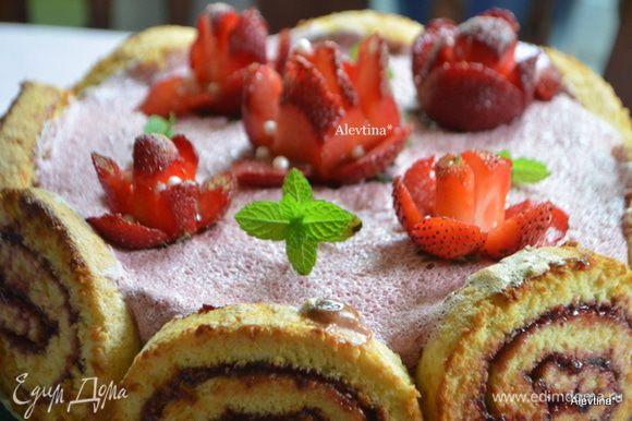 Снимаем ягоду со шпажки. Украшаем выпечку или фруктовый салат.