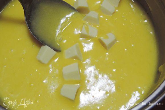 Снимаем крем с огня и добавляем белый шоколад, а после него заранее замоченный в столовой ложке воды и растопленный желатин. Перемешиваем до однородности и даем остыть до комнатной температуры.