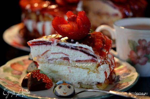 Разрезаем на части и подаем к чаю. Наслаждаемся, торт просто сказка, легкий и не тяжелый, в меру сладкий.