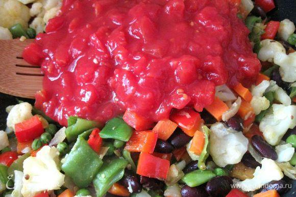 Добавить помидоры в собственном соку и воду (можно овощной бульон). Довести до кипения и добавить стебли кориандра, мелко порезанные. Готовить 10 минут, периодически помешивая.