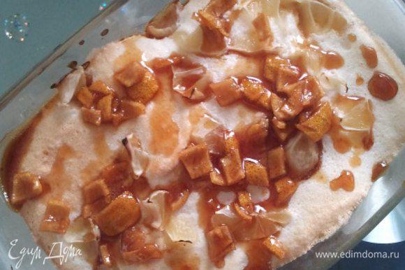 Горячий бисквит полить сиропом с цедрой.