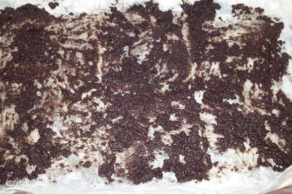 Лаваш разрезать на несколько частей, учитывая размеры формы для запекания. Форму смазать оливковым маслом и выложить лаваш. Равномерно по всей поверхности распределить (лучше вилкой) оливковую пасту.