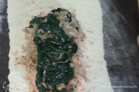 Тесто раскатываем тонким слоем прямоугольником вдвое больше размера рыбы. Тесто кладем на противень предварительно выстеленный фольгой. Фольгу немного смазать растительным маслом. Далее сверху теста на одну часть выкладываем рыбу, затем шпинатную смесь.