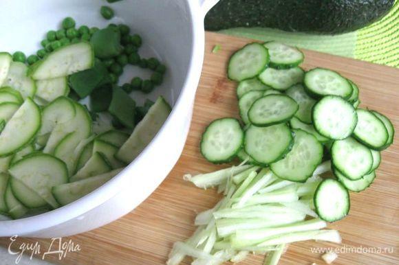 Огурец нарезать кружочками, стебель сельдерея - соломкой. Добавить к овощам.