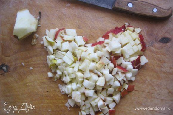 Яблоки вымыть, порезать небольшим кубиком. Если крупное яблоко - то возьмите 1, если помельче - то два, нам нужно 250 гр яблок.