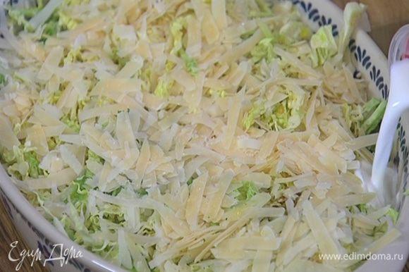Сбрызнуть капусту оливковым маслом, посолить, поперчить, посыпать натертым сыром и полить по краям молоком.