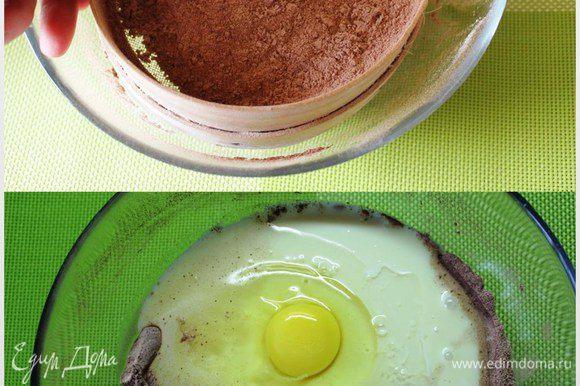 Для начала приготовим корж. Поставим духовку разогреваться до 180 градусов. Муку просеем пару раз с какао-порошком и разрыхлытилем. Добавим к ним банку сгущенки и пару крупных яиц.