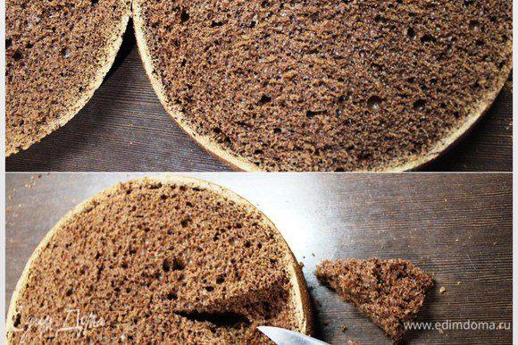Вот такой красивый с эффектом пористого шоколада корж внутри. Нам необходимо сделать выемку в нижнем корже, аккуратно вырезая мякоть. Здесь главное не переборщить, так как тогда в торте останется полость. Срезайте буквально полсантиметра. Крошку оставляем для декора. Слегка сбрызгиваем коржи растворенным в 2 ст. л. кипятка какао.