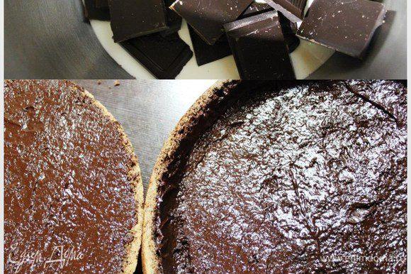 Теперь приготовим ганаш, залив поломанный шоколад сливками и растопив его, постоянно помешивая, на минимальном огне в кастрюльке с толстым дном. Покрываем внутренние части коржей тонким слоем ганаша. Наша задача закрыть все поры шоколадом, чтобы не допустить впитывания помадки. Здесь можно подкорректировать толщину нижнего коржа (если немного переборщили при вырезании), делая слой шоколада толще. Ставим заготовки минут на 10 в морозилку.