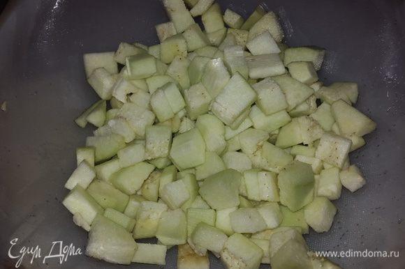 Баклажан чистим, режем кубиками, присыпаем солью, перемешиваем и даем постоять 5-7 минут.