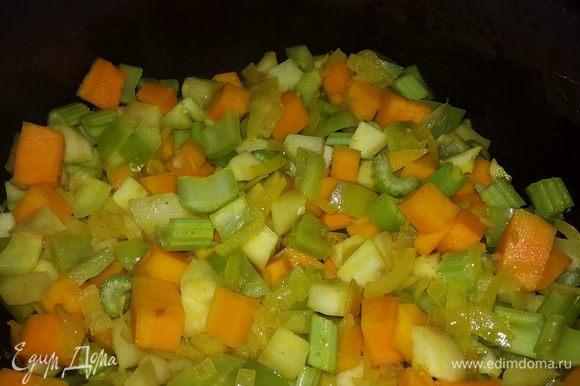 Сельдерей и болгарский перец режем и отправляем к топинамбуру и тыкве, перемешиваем, накрываем крышкой.