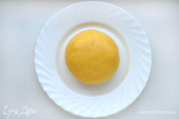 Добавить муку и цедру лимона. Замесить тесто. По консистенции оно будет мягким и эластичным, не будет липнуть к рукам.