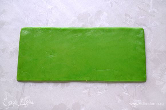 Раскатать зеленое тесто в прямоугольник примерно 25 см на 7 см.