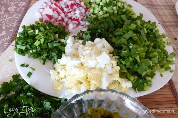 Все ингредиенты для салата, мелко режем небольшими кубиками. Примерно так...