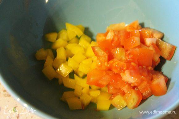 Перец и помидор нарезать кубиками.