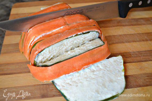 Дать суфле остыть в форме (лучше после остывания поместить на 1 час в холодильник). Выложить на блюдо и нарезать на порционные куски.