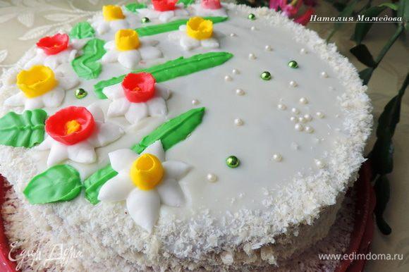 Украшаем торт по своему желанию. Я дала глазури застыть в холодильнике. бока обсыпала смесью кокосовой стружки и вафельной крошки. А на верх торта поместила заранее подготовленные нарциссы из айсинга.