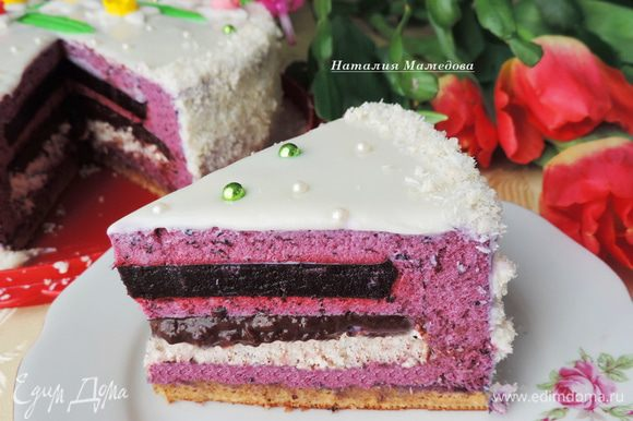 На разрезе торт смотрится довольно аппетитно!