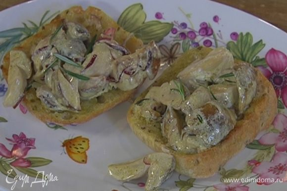 На обжаренный хлеб выложить грибы со сметаной и луком, украсить оставшимися листьями розмарина.