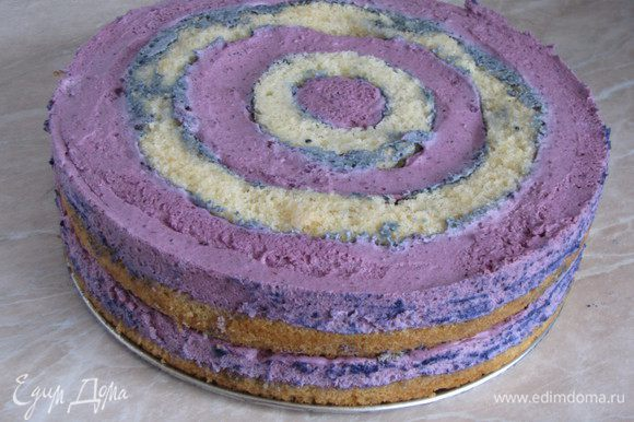 Затем провести острым ножом между тортом и краем формы и аккуратно освободить торт.