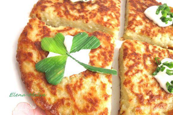 Подавать боксти можно с растопленным маслом, медом, сметаной, жареным беконом или сосиской.
