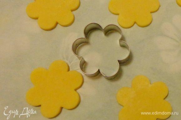 Раскатать пласт белого теста и формочкой вырезать цветочки.