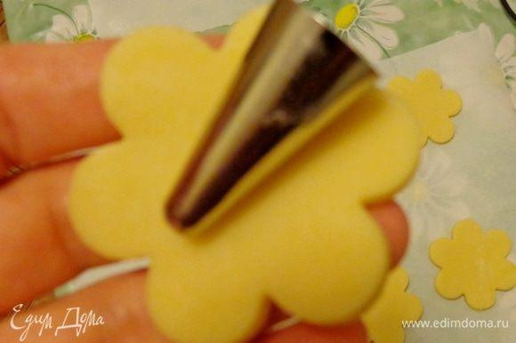 С помощью металлических насадок для крема, присыпанных мукой, сформировать бутоны цветков. Если тесто цветка прорвется, его легко залепить оставшимся тестом.