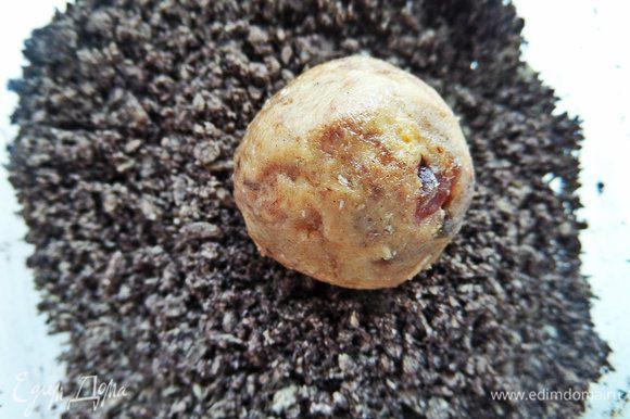 И обваляем шарики из печенья, величиной с грецкий орех.