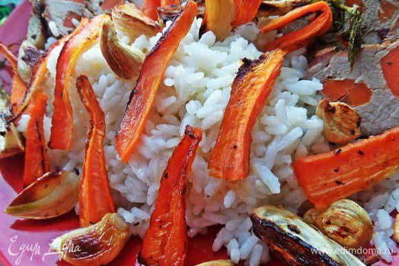 Рис готов через 20 минут и к этому времени можно вынимать овощи (или просто положить к мясу позже!). Я вынимала первую партию овощей и раскладывала в форме вторую.