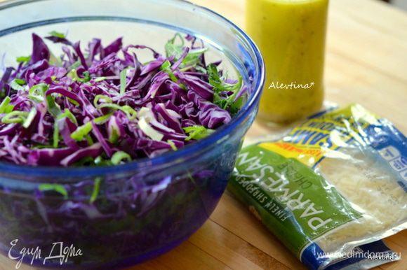 В салат добавить протертый сыр пармезан, перемешать.