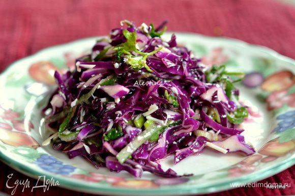 Полить щедро заправкой и перемешать, подать к столу. На следующий день салат также очень вкусный.