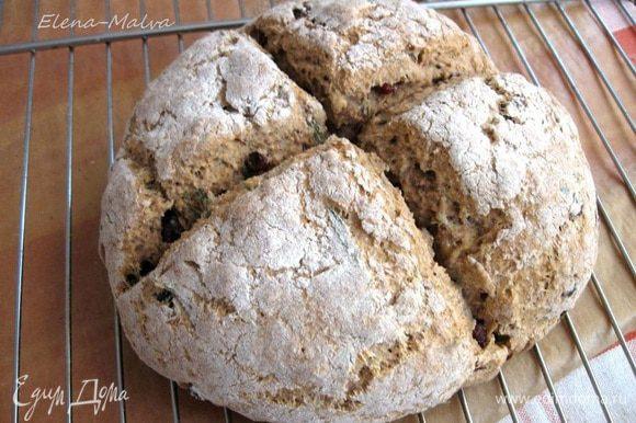 Выпекать 45-55 минут. Через 30 минут после начала выпечки температуру убавить до 200 градусов. Проверить готовность можно, проткнув хлеб деревянной палочкой, а также еще нужно простучать по донышку хлеба. Звук должен быть глухой.