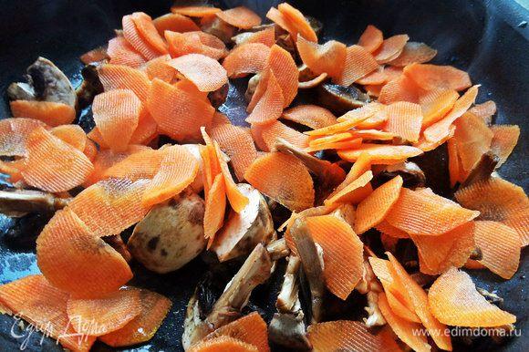 Морковь и грибы обжариваем в вытопившемся жирке от салями сразу, не выключая огня.